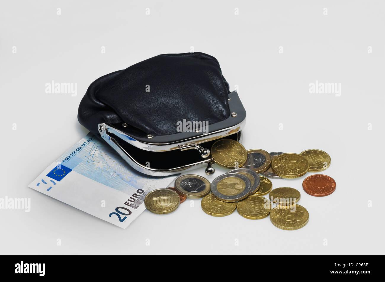 Borsa nera con clip, 20 euro in banconote e monete metalliche in euro Immagini Stock