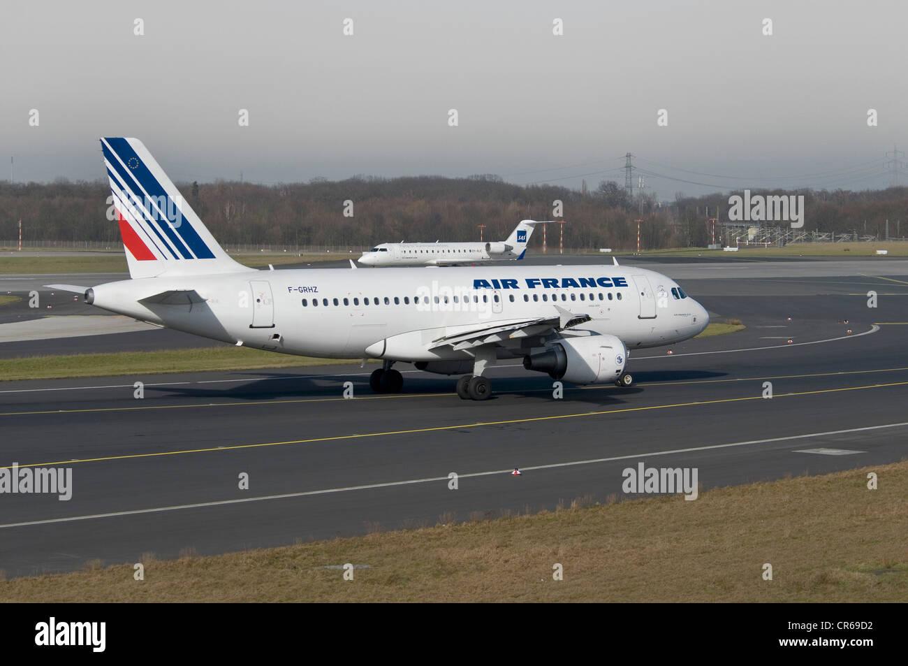 Air France Airbus A319-111 jet del passeggero sulla pista di Dusseldorf International Airport, dietro un getto di Immagini Stock