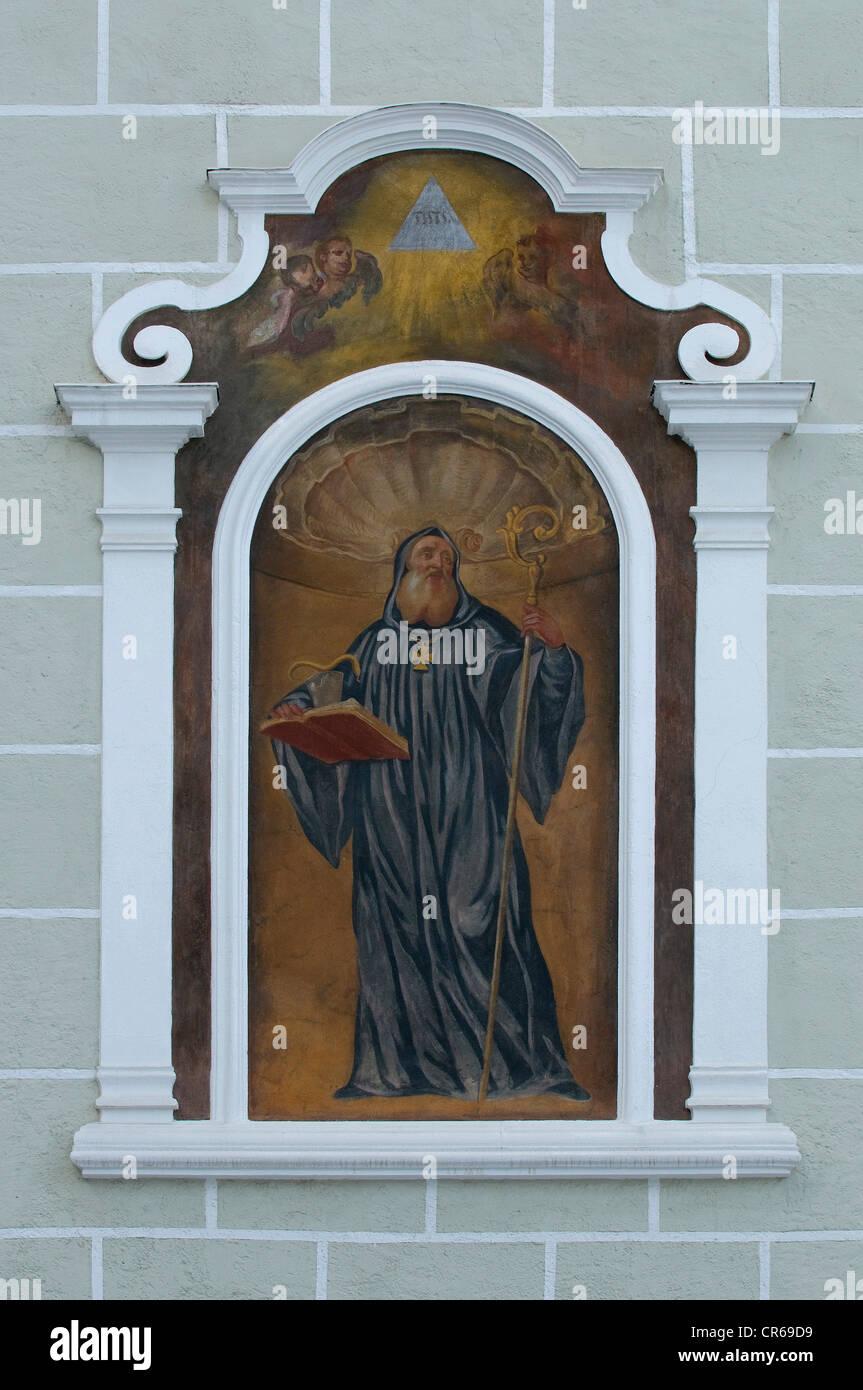 Pittura murale, uomo in possesso di un libro, una tazza, un serpente e un personale, Salisburgo, Austria, Europa Immagini Stock