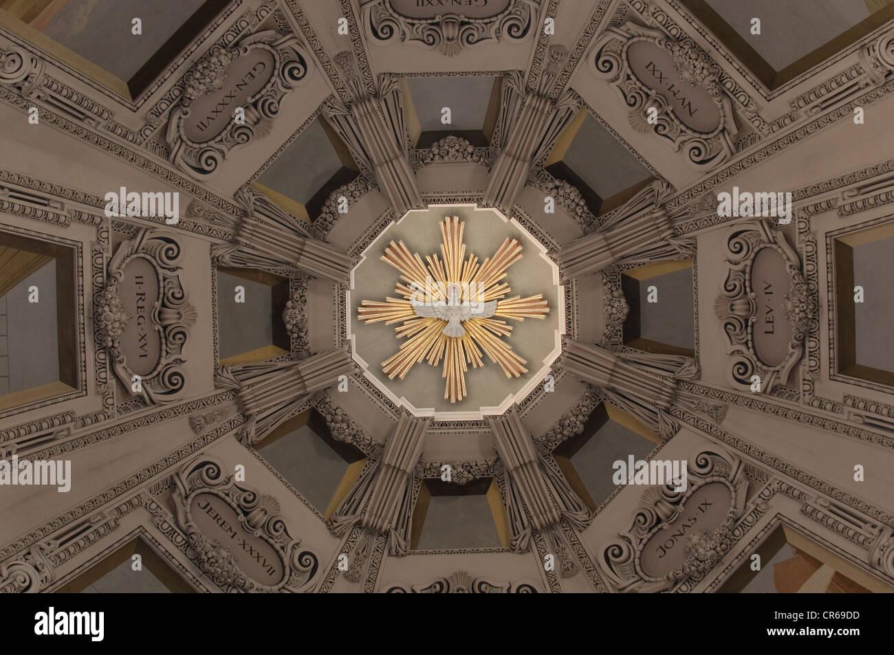 Vista della torre principale del Duomo di Salisburgo, la centrale di colomba bianca come simbolo dello Spirito Santo, Immagini Stock