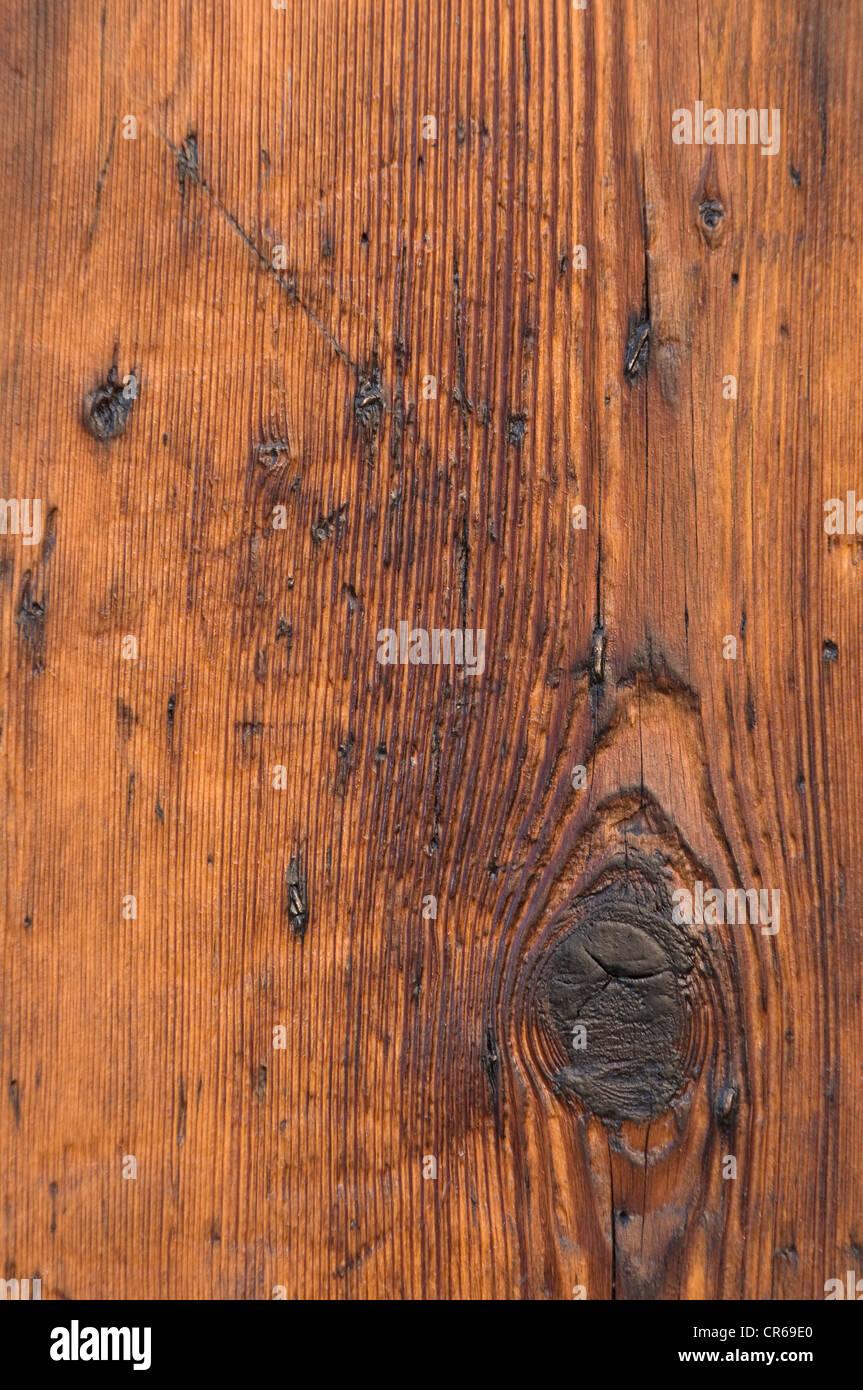 A grana di legno con un nodo-foro, graffiato tavola di legno, dettaglio, sfondo Immagini Stock