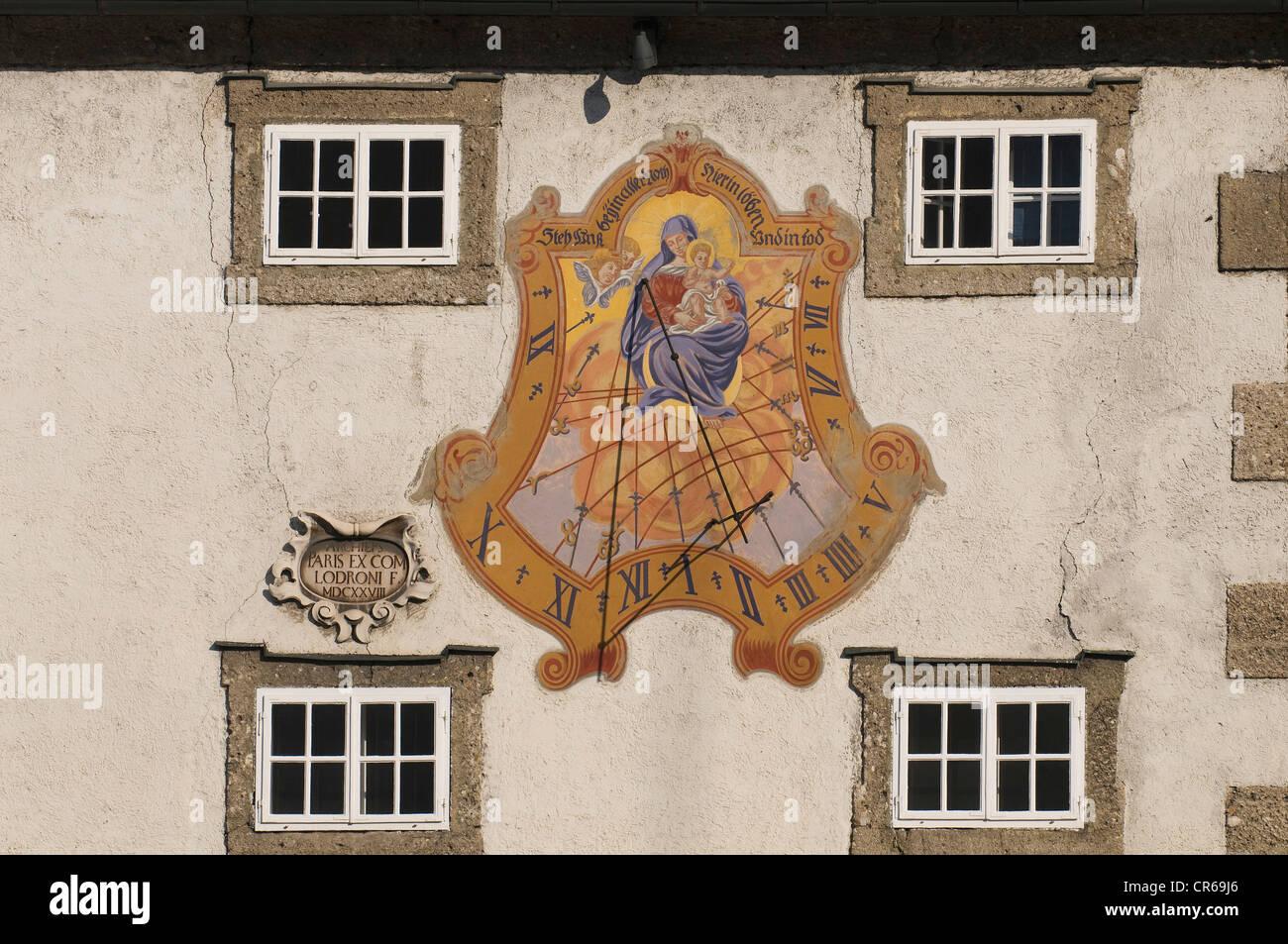 Maria e Cristo Bambino, orologio solare con una preghiera, Steh uns bei in aller non hier im Leben und im Tod, Tedesco Immagini Stock