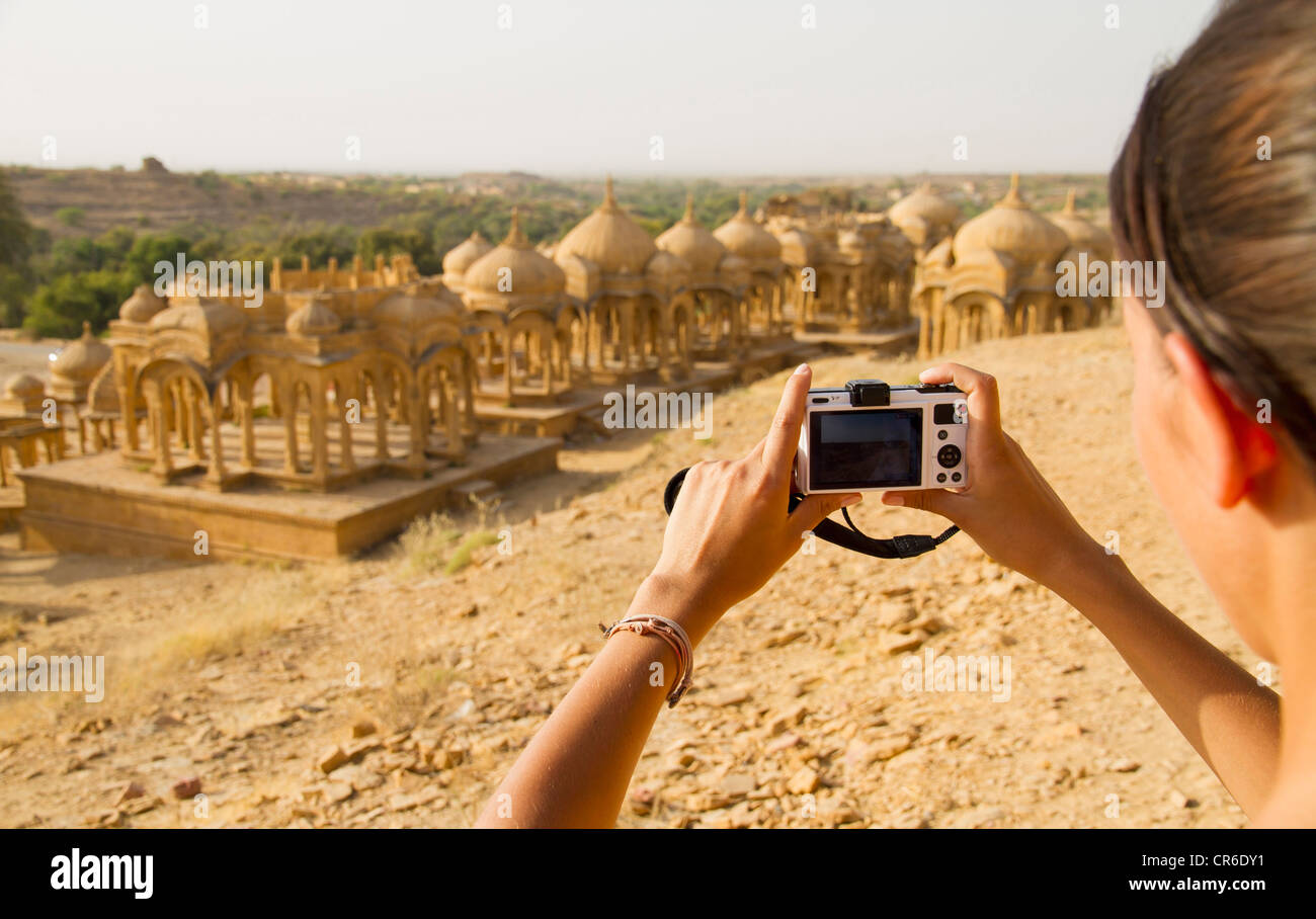 India Rajasthan,Jaisalmer, turista femminile fotografare a bada Bagh Cenotaphs Immagini Stock