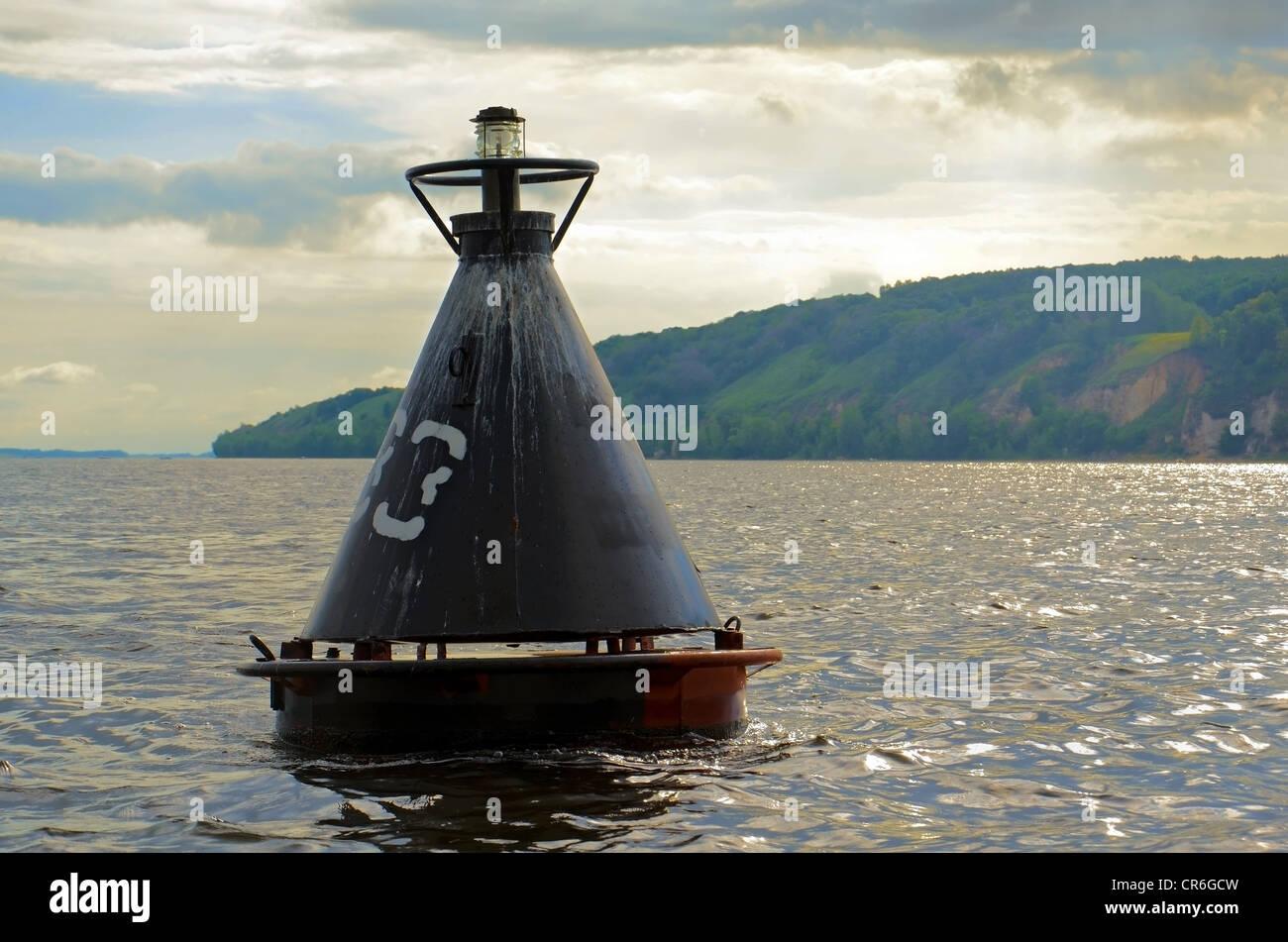 Il vecchio faro nero boa sul fiume Volga. Immagini Stock