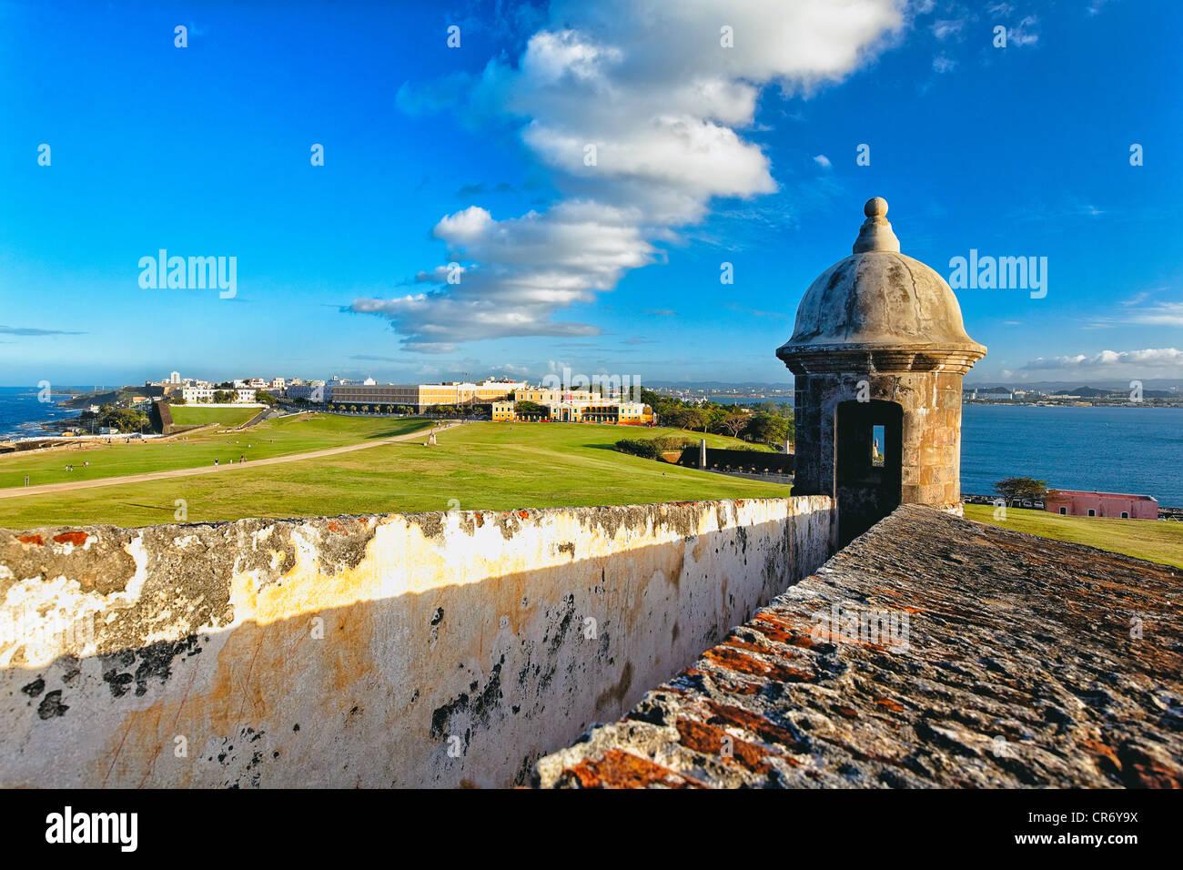Angolo di Alta Vista della vecchia San Juan dal El Morro Fort, Puerto Rico Immagini Stock