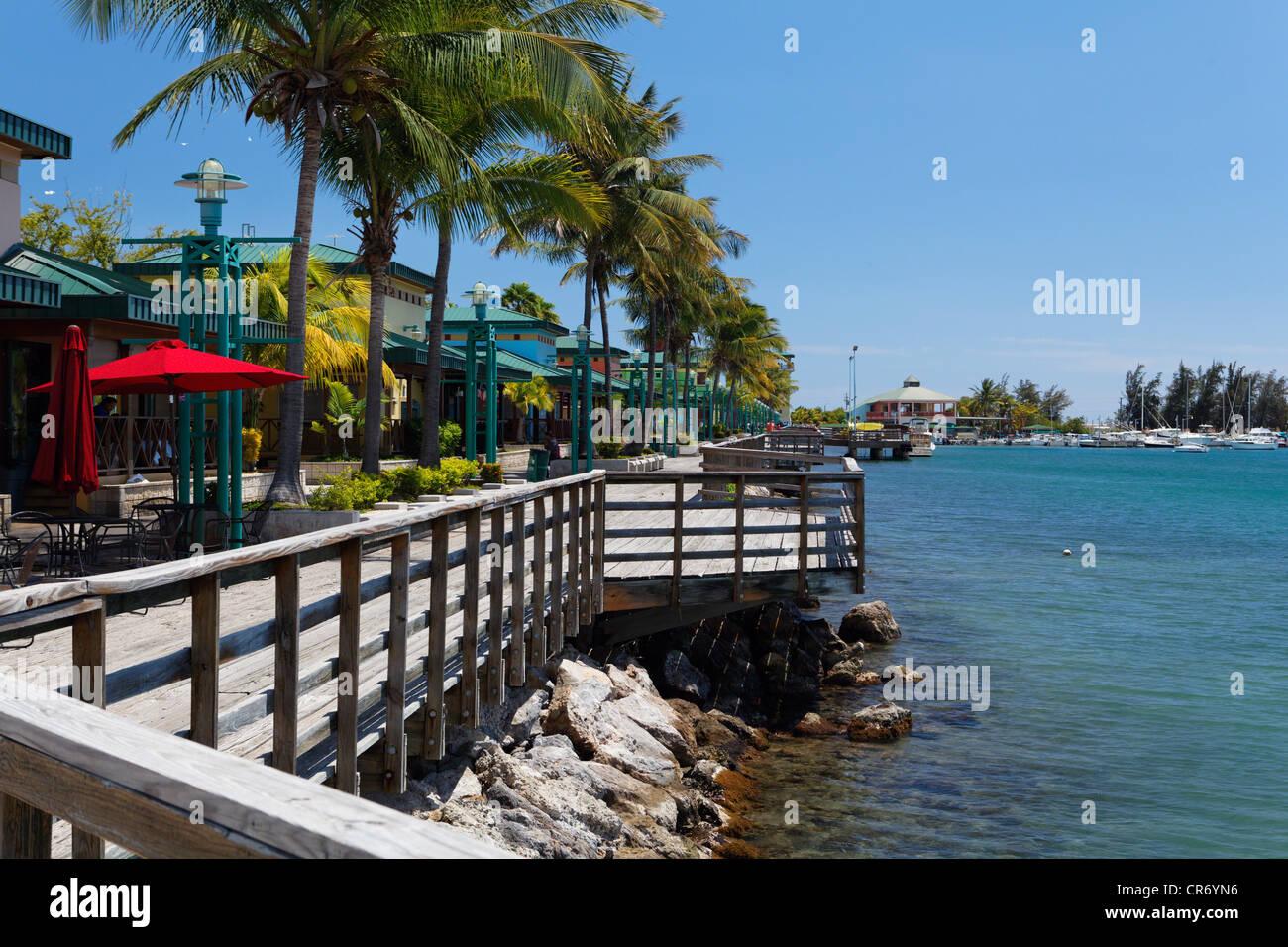 Chioschi di cibo sul molo; Playa Ponce, Puerto Rico Immagini Stock