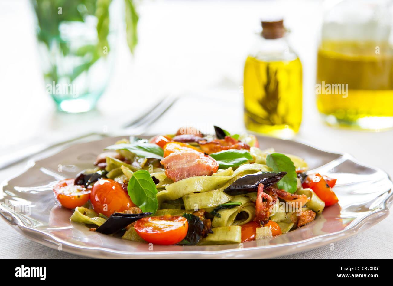 Gli spinaci Fettuccine con pancetta e peperoncino essiccato Immagini Stock