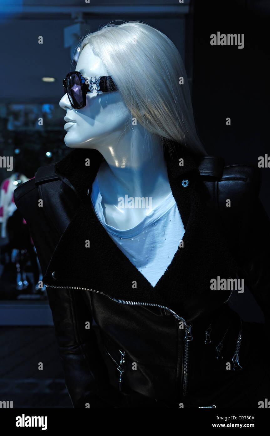Manichino donna con occhiali da sole e capelli bianchi in un negozio di moda, Norimberga, Media Franconia, Baviera, Immagini Stock