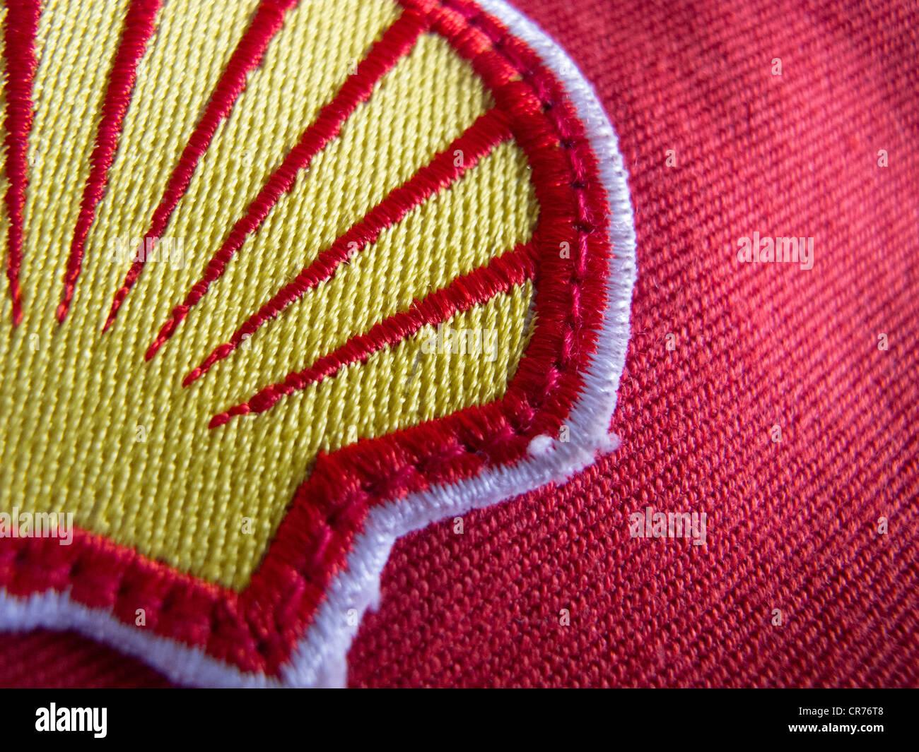 Dettaglio del panno patch logo sulla tuta di sicurezza del lavoratore di Royal Dutch Shell Oil Company. Immagini Stock