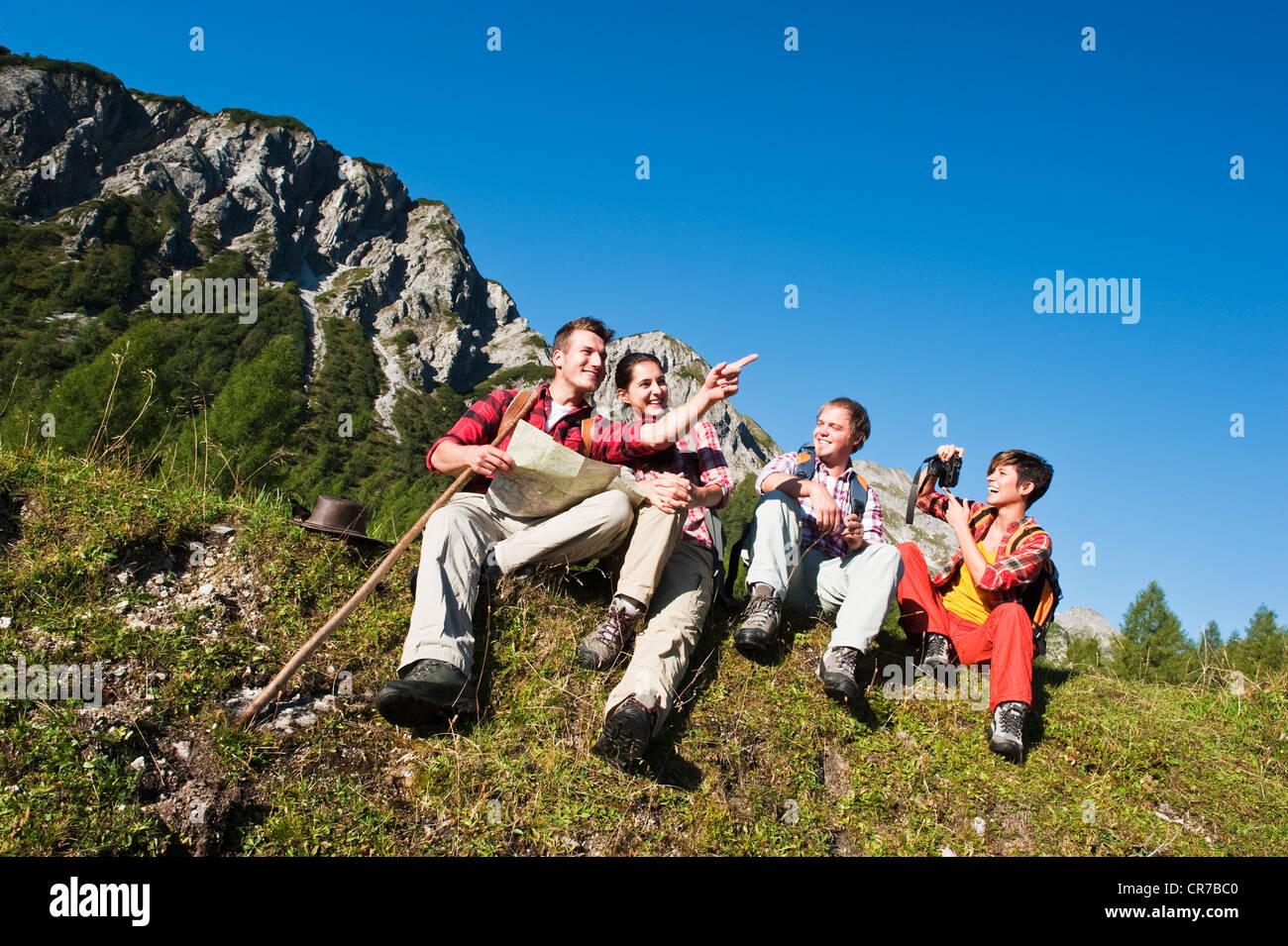 Austria Salzburg County, gli uomini e le donne sedute in prato alpino Immagini Stock