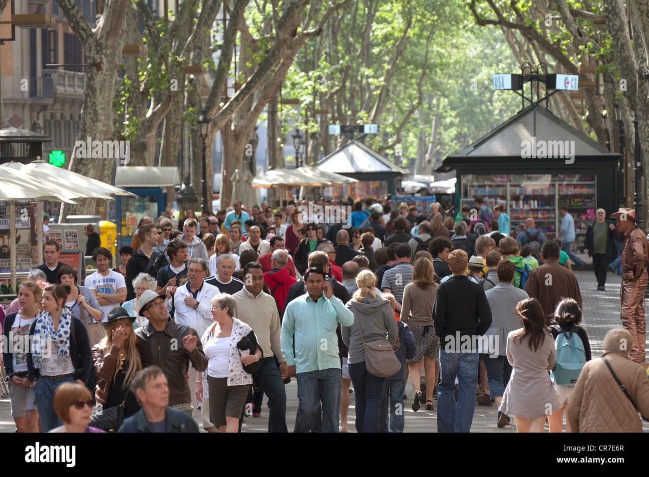 I turisti, folle su La Rambla, Las Ramblas, l'area pedonale, bancarelle e Barcellona, in Catalogna, Spagna, Immagini Stock