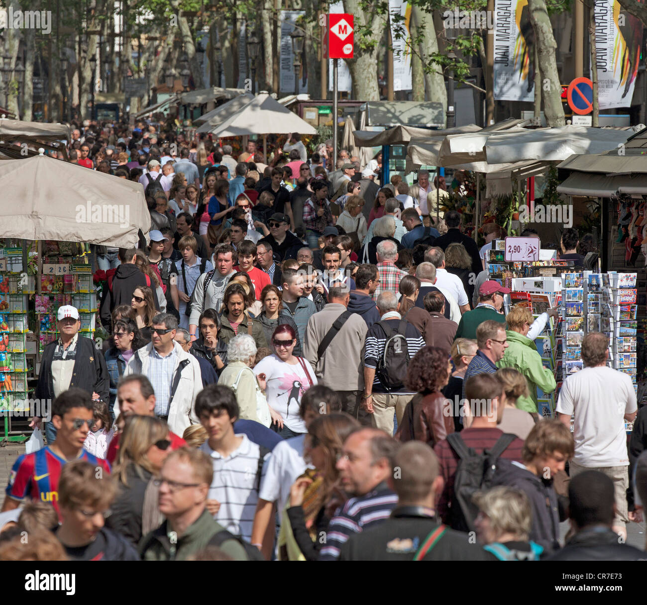 I turisti, folle su La Rambla, Ramblas, Las Ramblas, l'area pedonale, bancarelle e Barcellona, in Catalogna, Immagini Stock