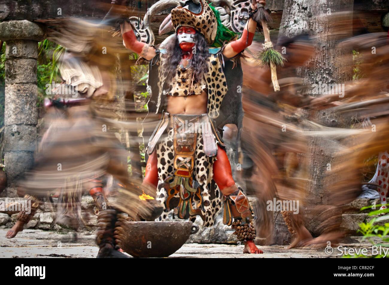 Un Maya fokllore danza del fuoco rituale è eseguita da musicisti mistico in Xcaret Show, Riviera Maya, , Quintana Immagini Stock