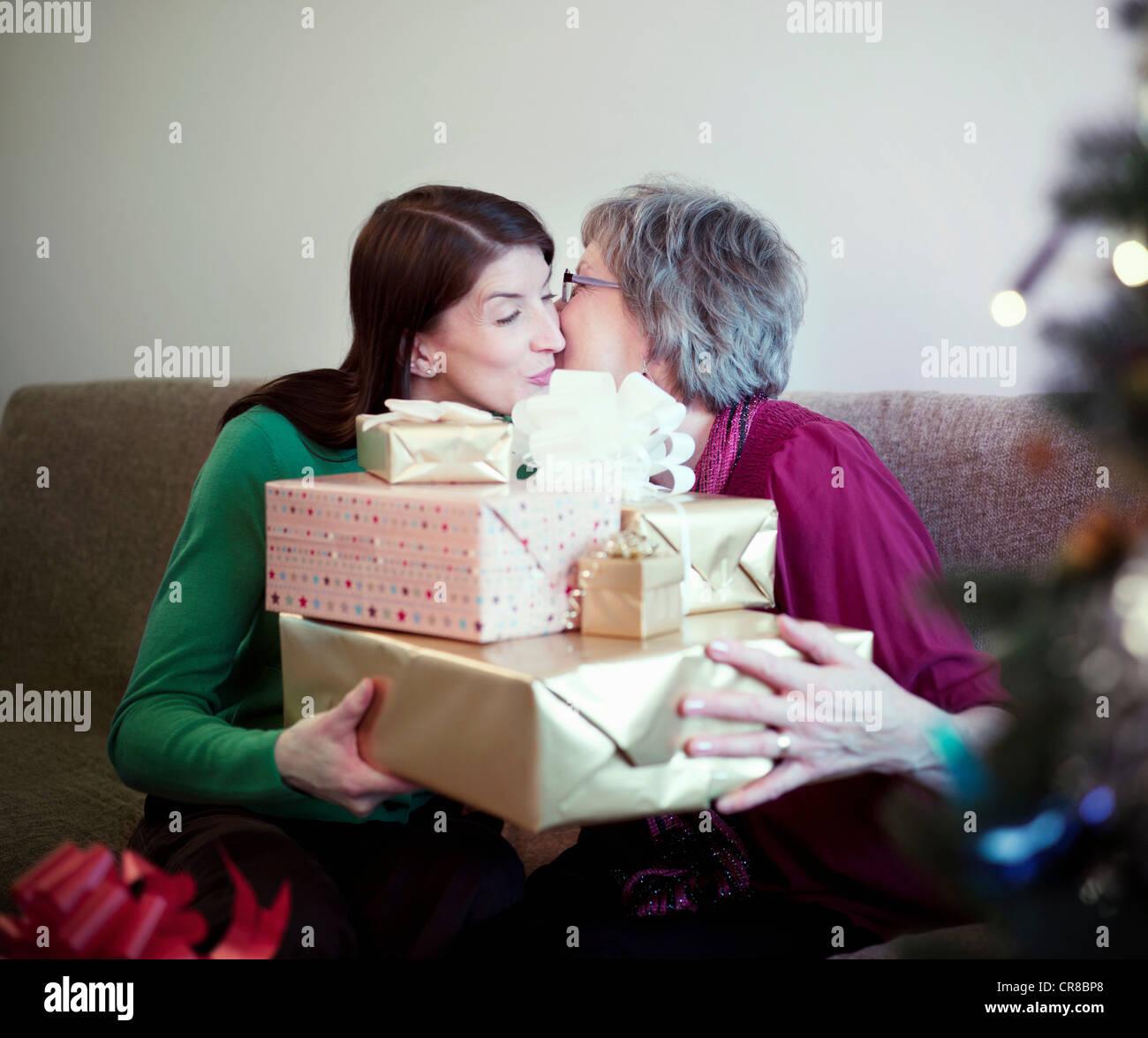 Madre e figlia con regali di compleanno Immagini Stock
