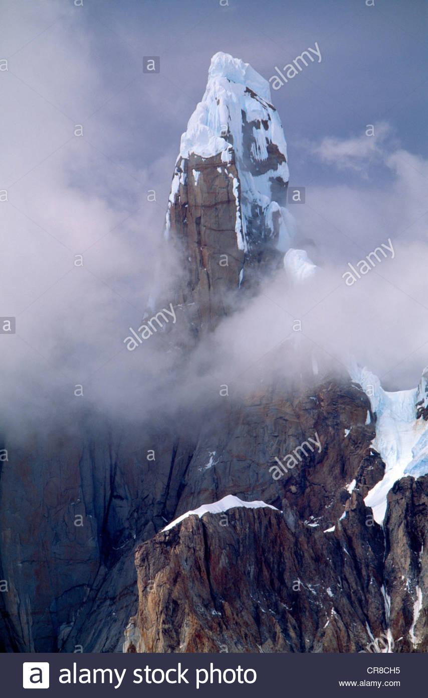 Cerro Torre che sorge fuori della nebbia, parco nazionale Los Glaciares, Argentina Immagini Stock