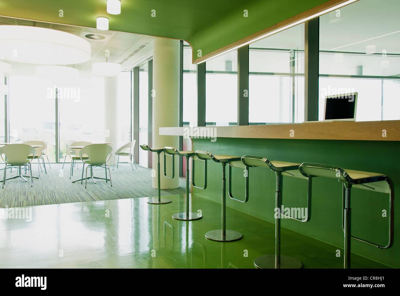 Sgabelli e sedie in ufficio vuoto blocco foto immagine stock