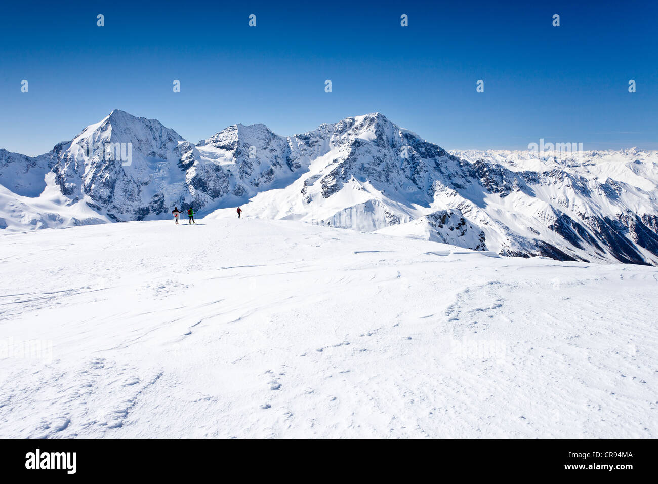 Ski tourer scendendo Mt Punta Beltovo di Dentro, Solda, Solda, in inverno, Gran Zebrù, Mt Ortles e il Monte Immagini Stock