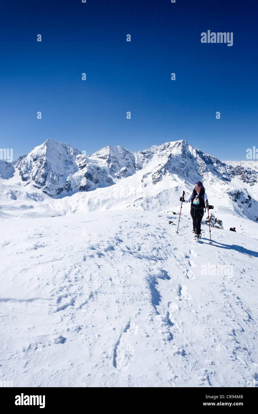 Ski tourer ascendente Mt Punta Beltovo di Dentro, Solda, Solda, in inverno, Gran Zebrù, Mt Ortles e il Monte Immagini Stock
