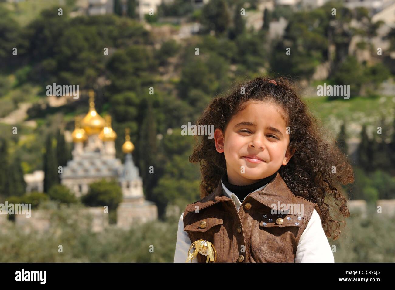 La diversità religiosa, ragazza israelo-palestinese sul Monte del Tempio, la chiesa russa ortodossa di Maria Immagini Stock