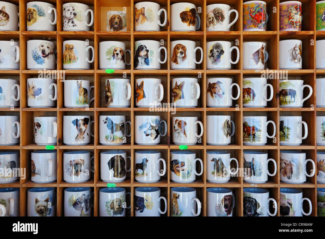 Tazze stampata con motivi zoomorfi, Auer Dult mercato, Monaco di Baviera, Germania, Europa Immagini Stock
