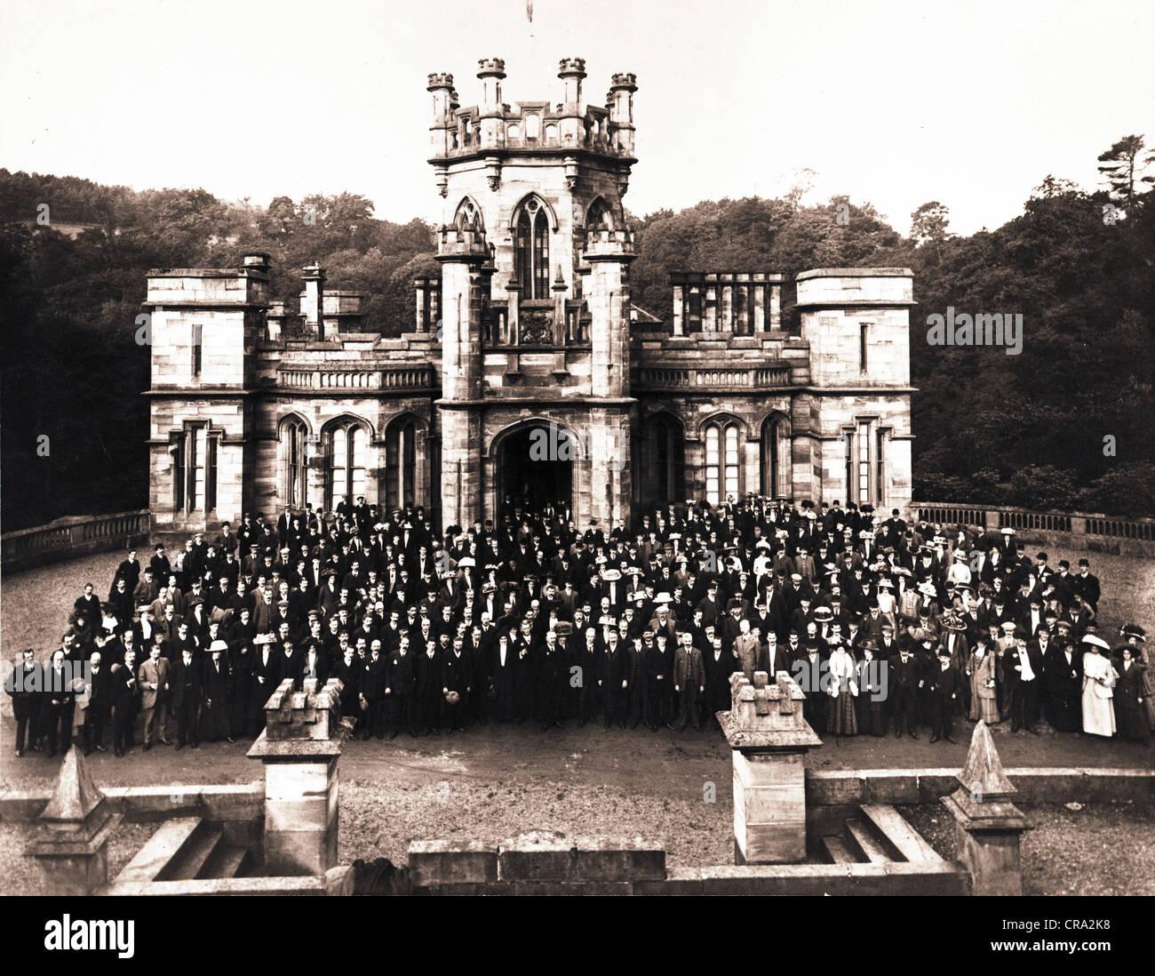 Revival gotico Castello con immensa moltitudine di persone Immagini Stock
