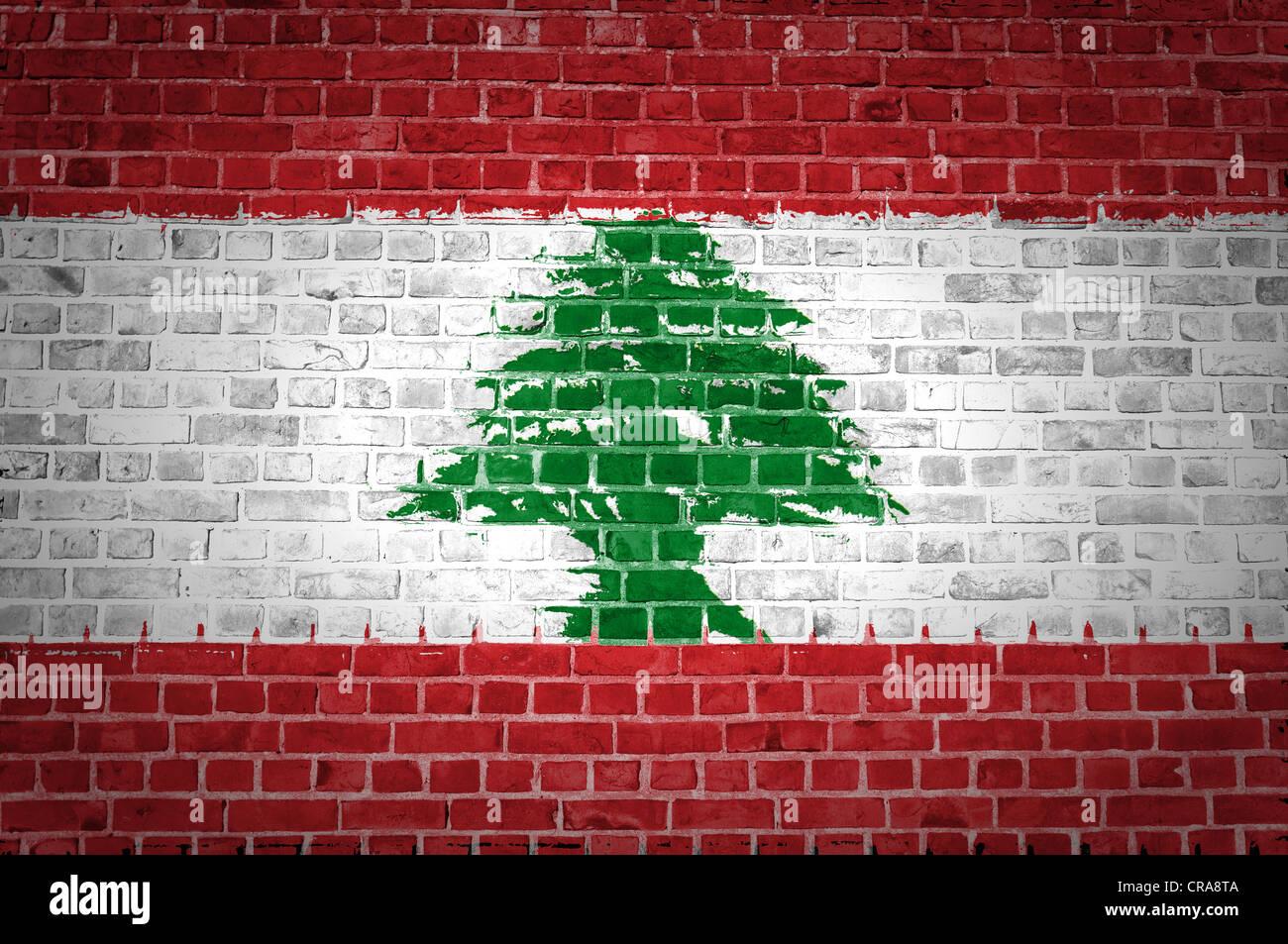 Un'immagine della bandiera del Libano dipinta su un muro di mattoni in una collocazione urbana Immagini Stock