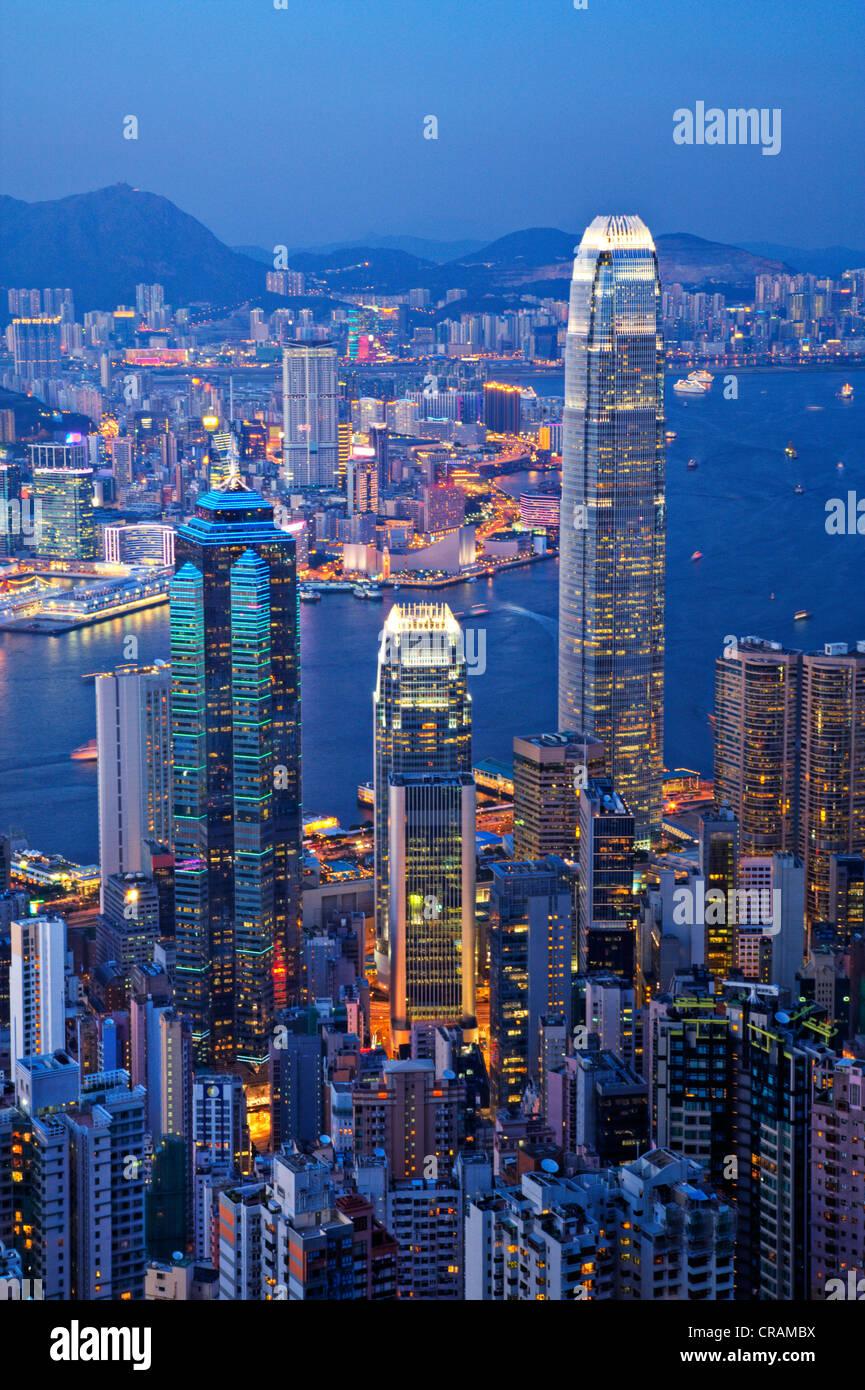 Alcuni di Hong Kong di edifici più alti, compresi IFC2, visto dal picco dell'Isola di Hong Kong al crepuscolo. Immagini Stock