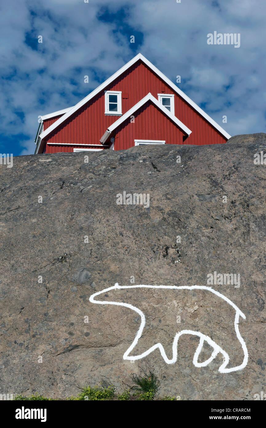 Casa Rossa e la sagoma di un orso polare, Nanook, Tasiilaq, noto anche come Ammassalik, est della Groenlandia, Groenlandia Immagini Stock