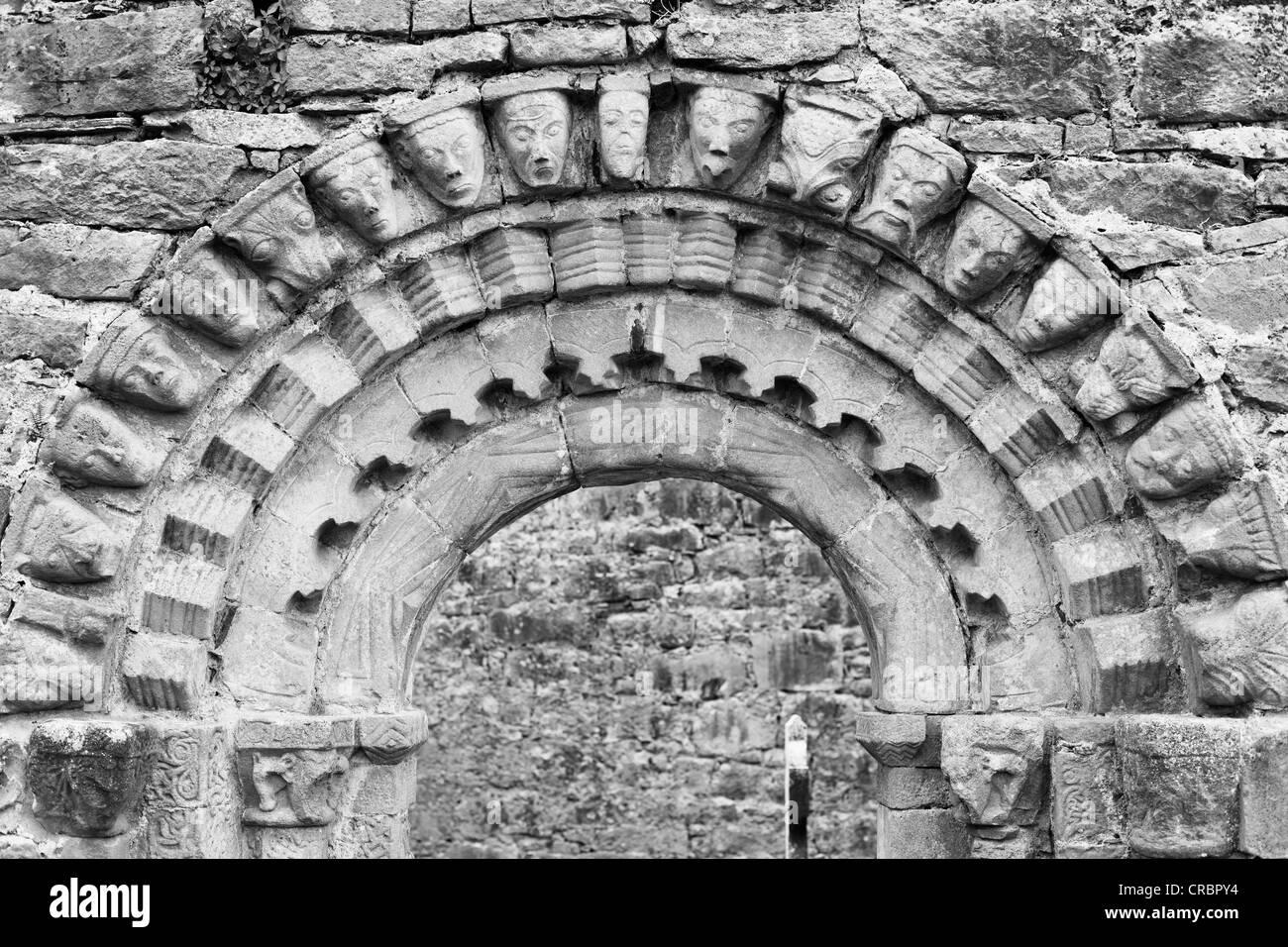 Portale con maschere umane, rovine della chiesa di Dysert O'Dea vicino Corofin, County Clare, Irlanda, Europa Immagini Stock