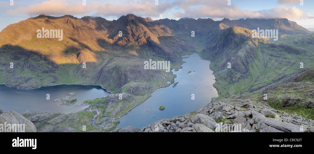 Immagine panoramica della vista dalla cima del Sgurr na stri affacciato sul Loch Coruisk e il Black Cuillin, Isola di Skye Foto Stock
