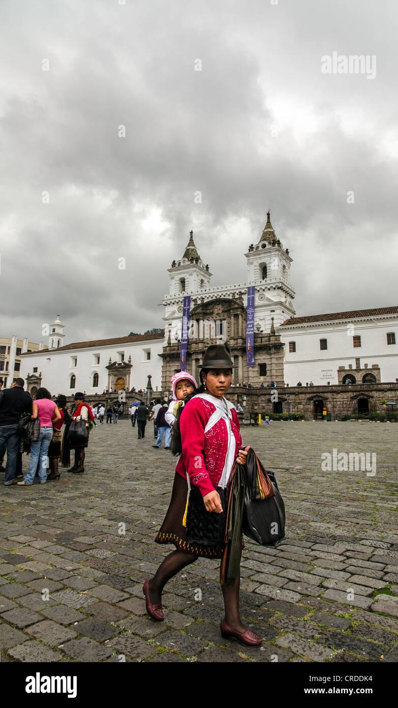 Madre con bambino sul retro Quito Ecuador Immagini Stock