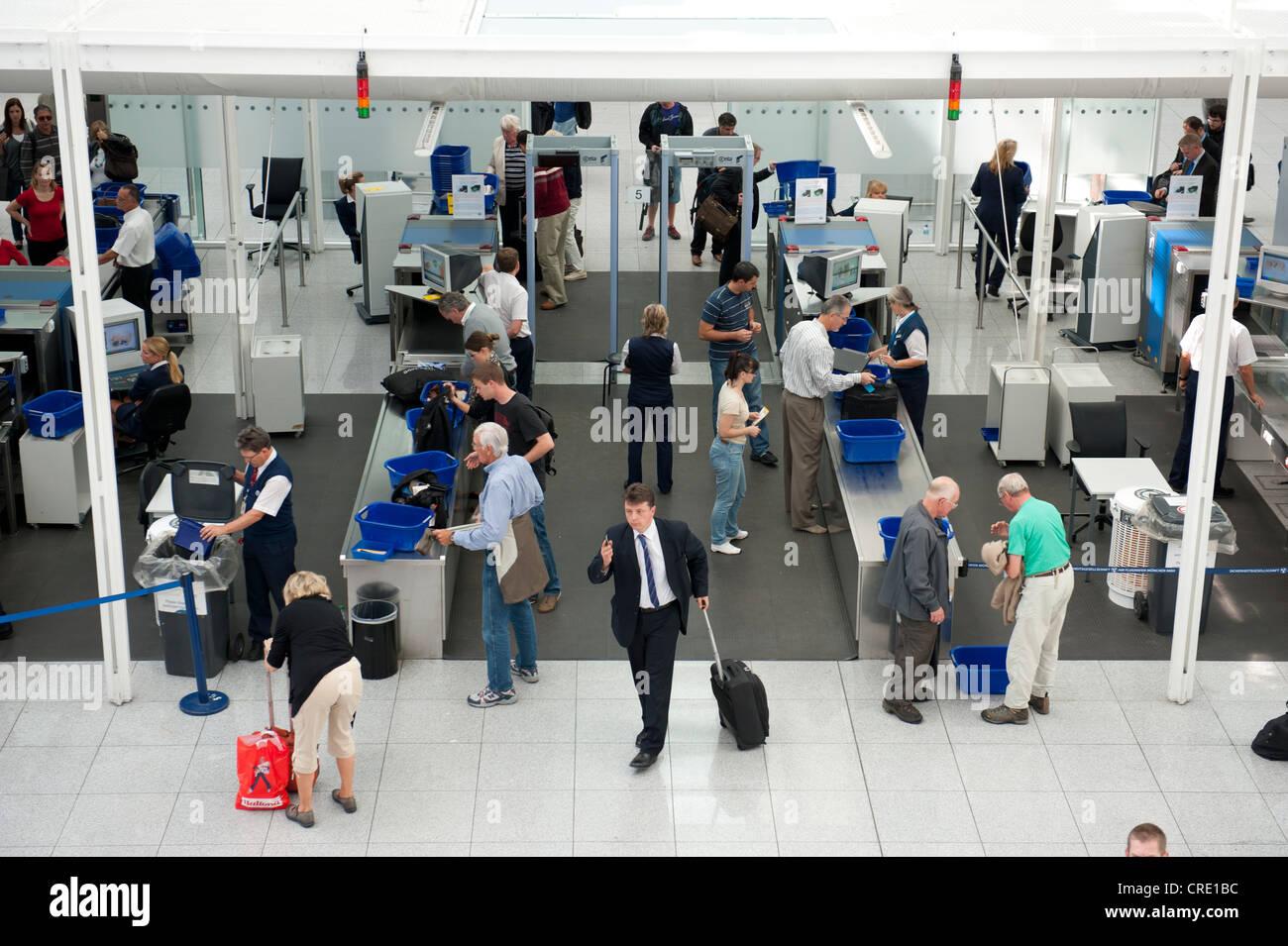 Il controllo di sicurezza, il controllo dei passeggeri, macchine a raggi x, il traffico aereo, aeroporto di Monaco Foto Stock