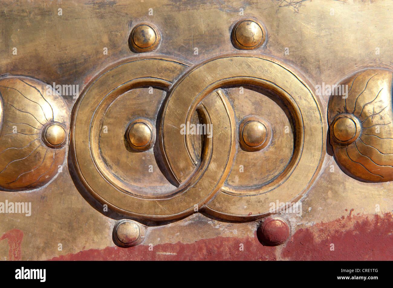 Buddismo tibetano, emblema di ottone, due cerchi intrecciati, anelli di Jokhang Tempio, Lhasa, Ue-Tsang, Tibet Centrale Immagini Stock