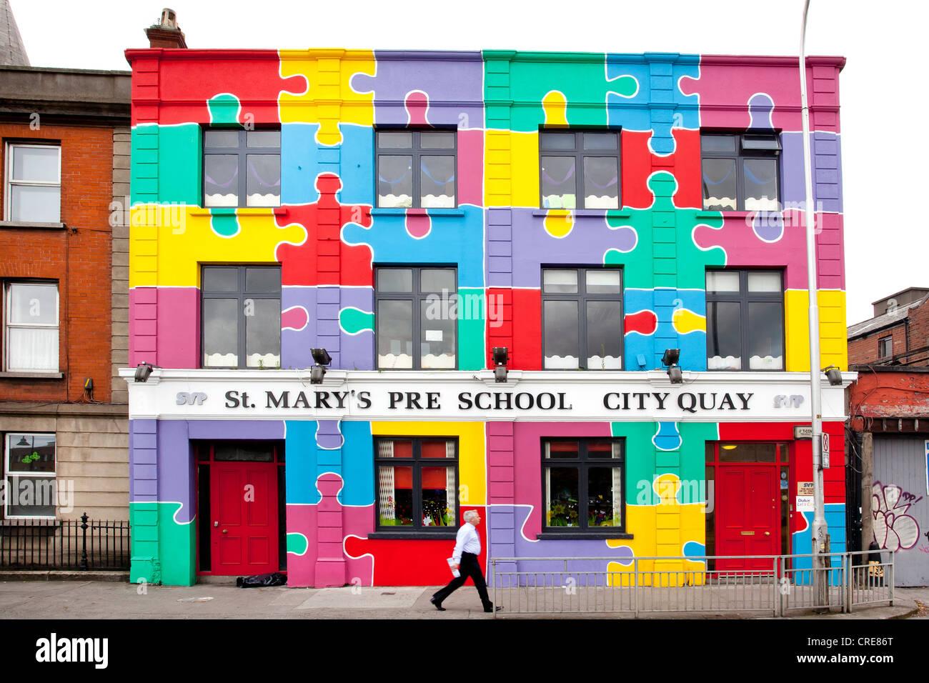 Luminoso edificio dipinto di Santa Maria in età prescolare City Quay, Dublin, Irlanda, Europa Immagini Stock