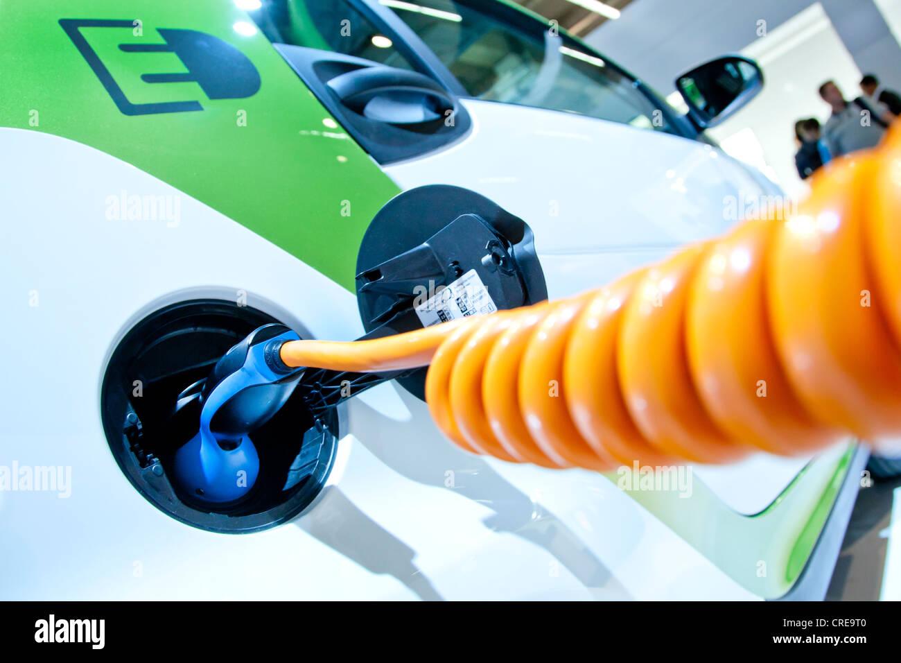 La ricarica con un cavo di ricarica su una macchina elettrica, E-smart electric drive da Smart, gruppo Daimler Immagini Stock