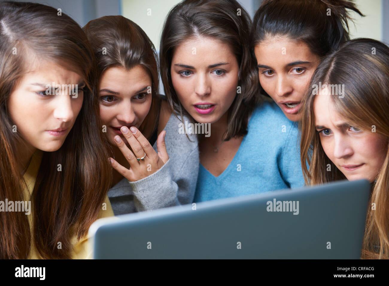 Scioccato donne utilizzando laptop insieme Immagini Stock