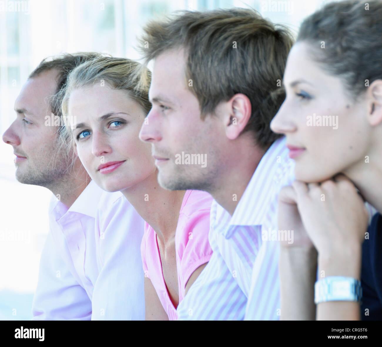 Imprenditrice seduta con i colleghi Immagini Stock