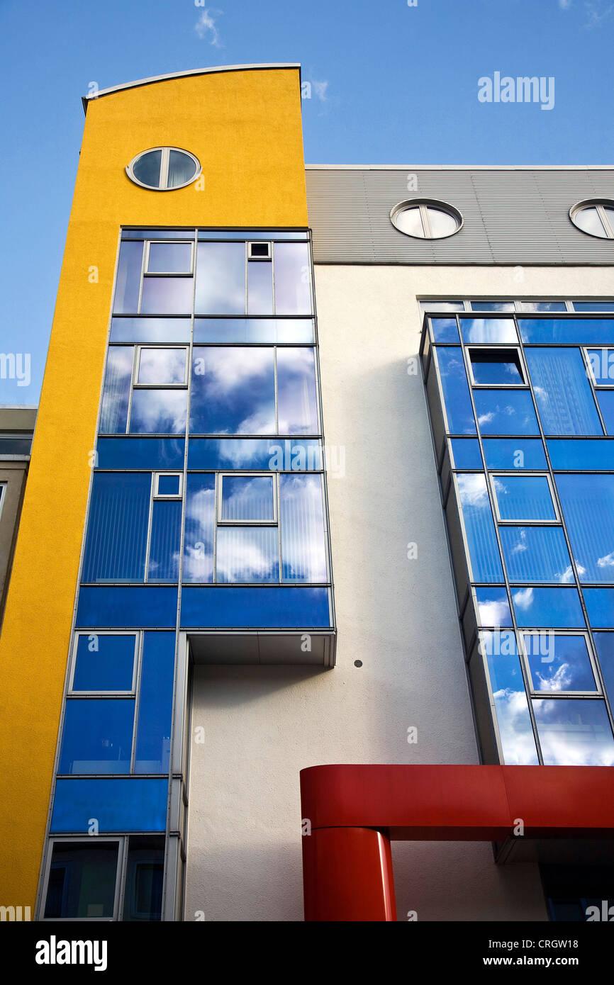 Architettura moderna nel centro di Dortmund, nuvole riflettendo nel rivestimento, in Germania, in Renania settentrionale Foto Stock