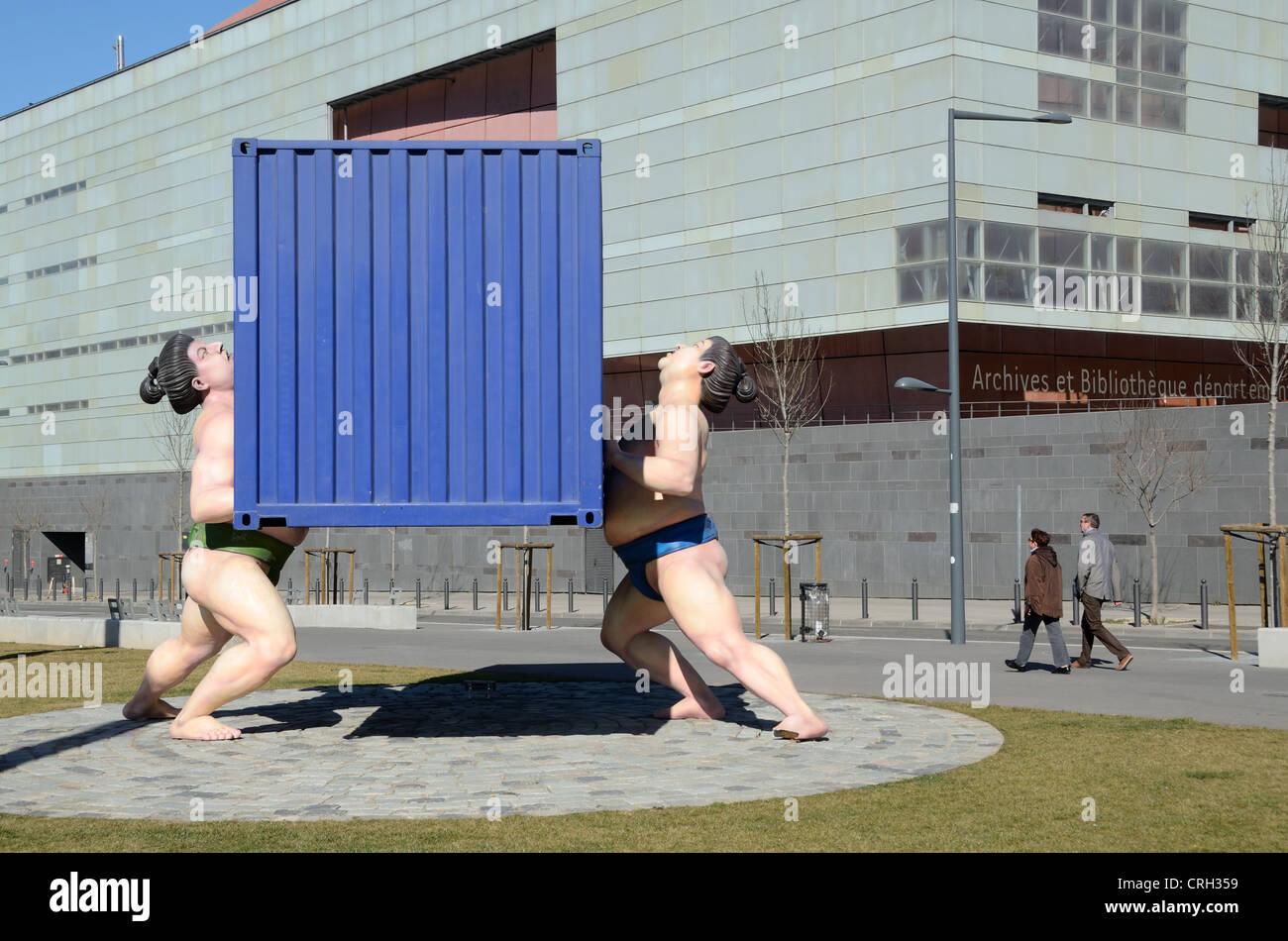 Sculture pubbliche di contenitore di spedizione sollevato dai lottatori di sumo quartiere Euroméditerranée Immagini Stock
