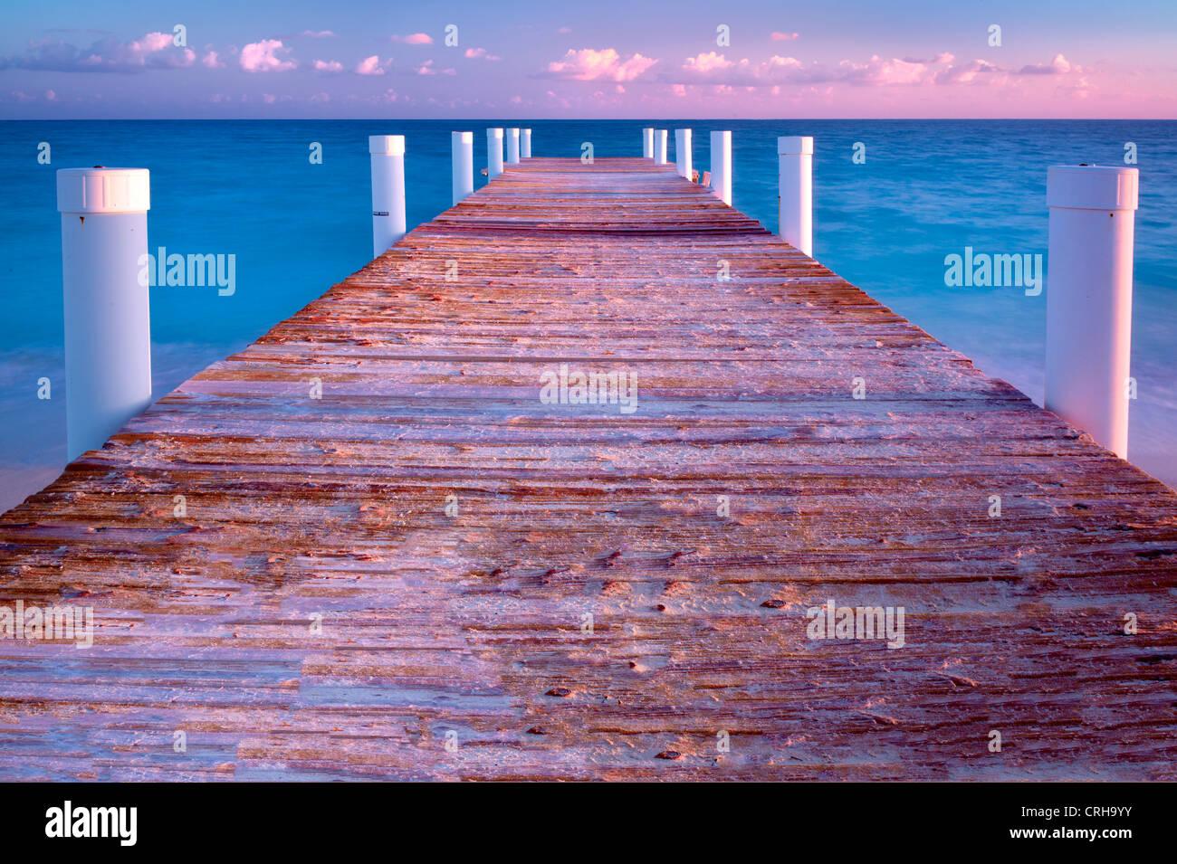 Dal Molo presso sunrise in Grace Bay. Providenciales. Isole Turks e Caicos. Immagini Stock