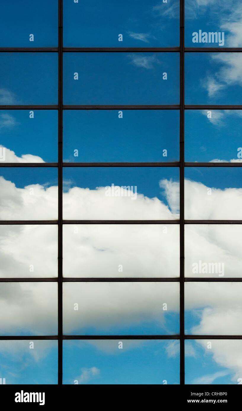 Cielo blu e nuvole riflettono in blocco Ufficio finestre di vetro. Londra Immagini Stock