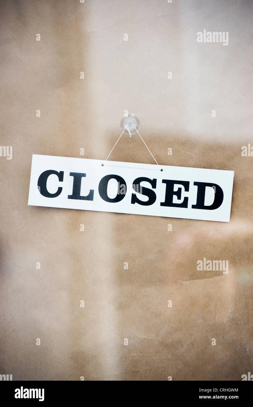 Segno chiuso su un negozio porta. Regno Unito Foto Stock