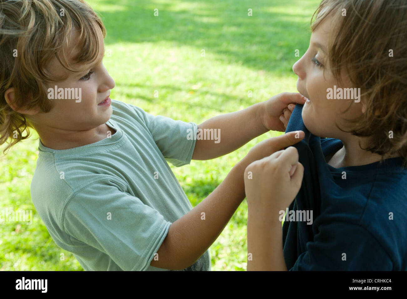 Ragazzi combattimenti, una presa dell'altro shirt Immagini Stock