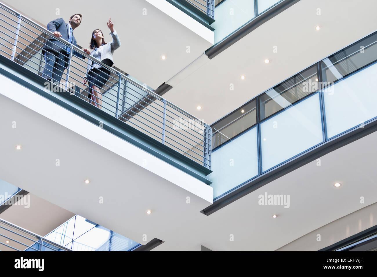 La gente di affari a parlare sul balcone Immagini Stock
