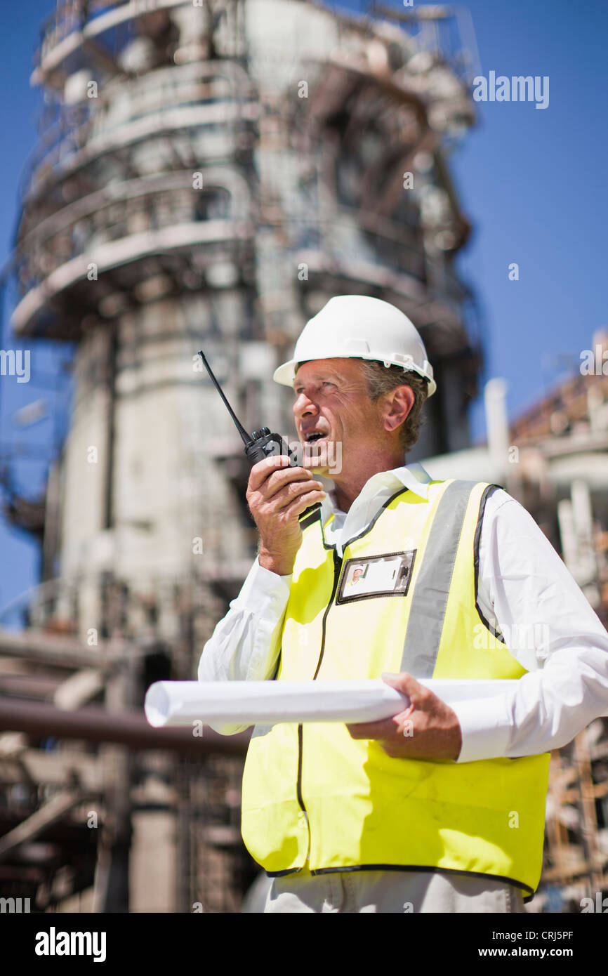 Lavoratore con walkie talkie sul sito Immagini Stock