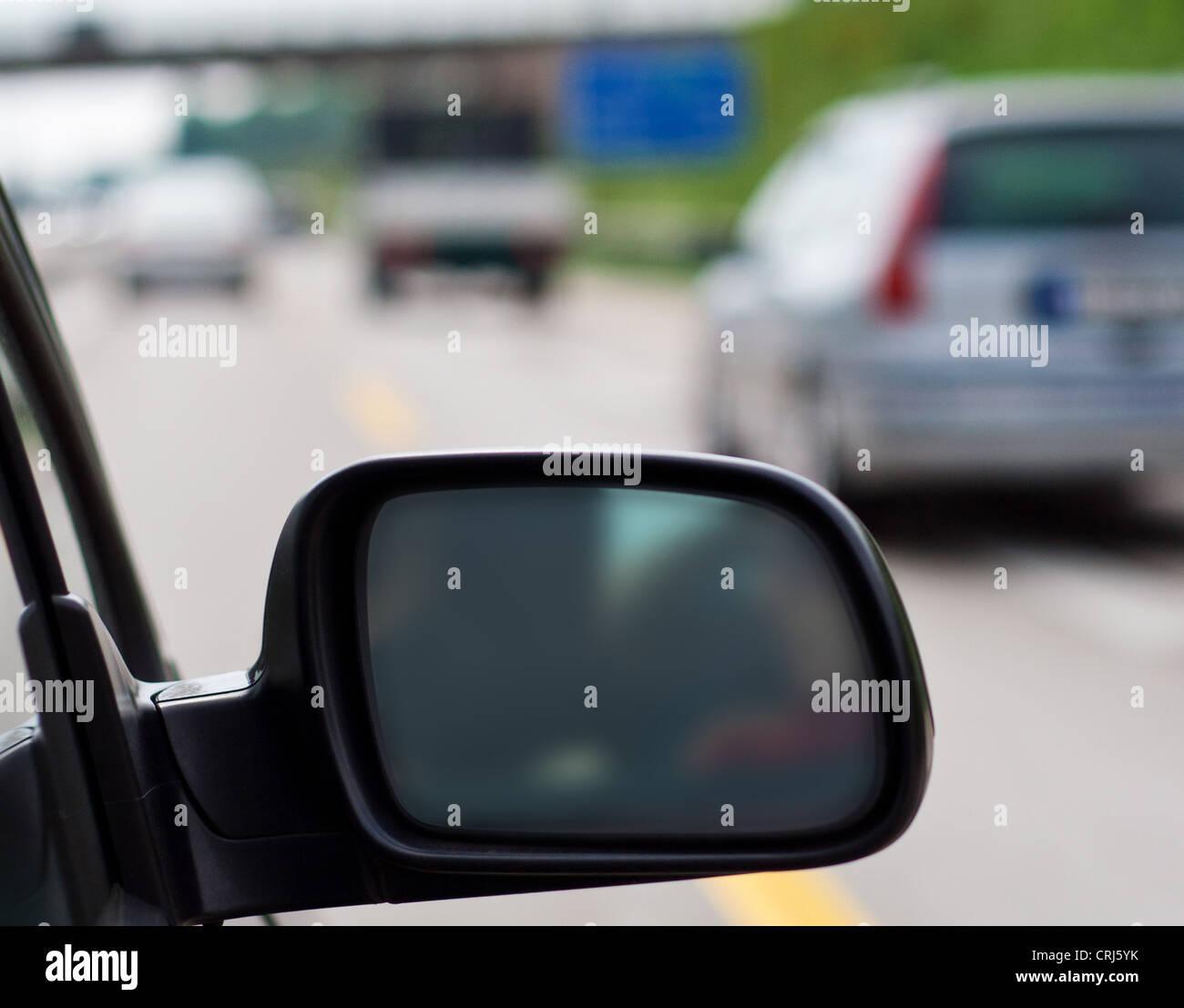 Specchietto retrovisore di una vettura guida su autostrada tedesca. Foto Stock