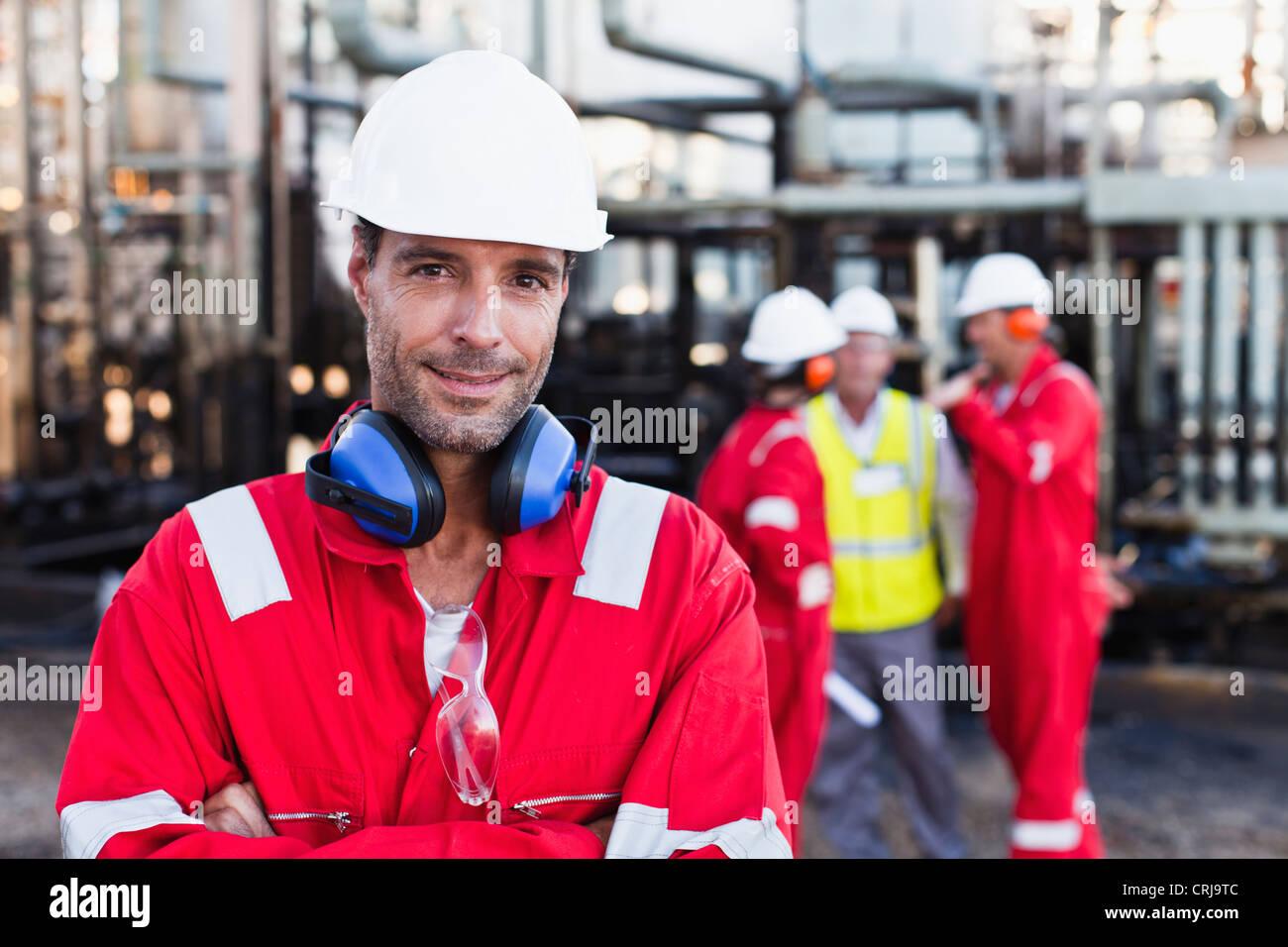 Lavoratore in piedi presso l'impianto chimico Immagini Stock