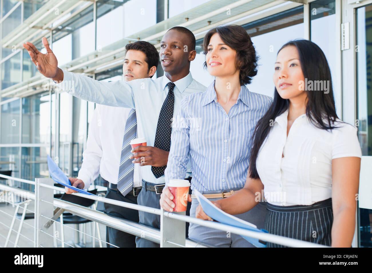 La gente di affari sul balcone coperto Immagini Stock
