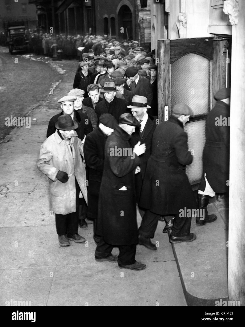Gli uomini in attesa sulla linea di pane durante la Depressione Immagini Stock