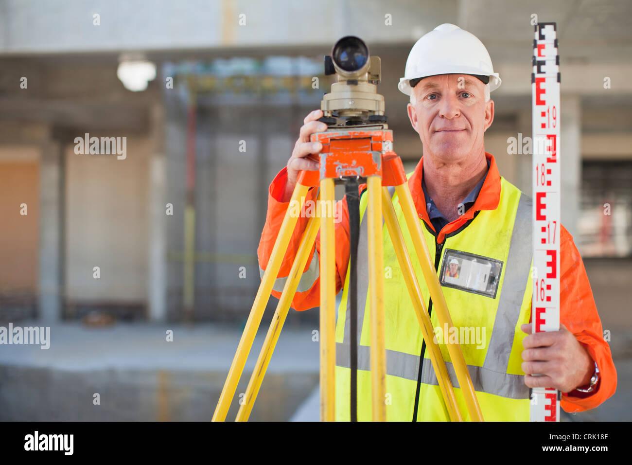 Lavoratore utilizzando attrezzature in loco Immagini Stock
